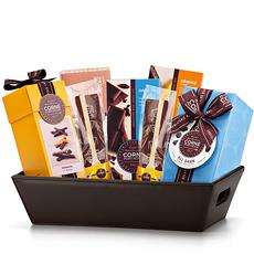 Der wunderschöne, dekadente Geschenkkorb mit belgischer Bitterschokolade von Corné Port-Royal wird bestimmt jeden Liebhaber dunkler Schokolade entzücken.