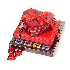 Dieser Schokoladenturm bietet eine Auswahl an kremigen Pralinen aus dunkler, weißer und Milchschokolade in allen Formen und Größen.